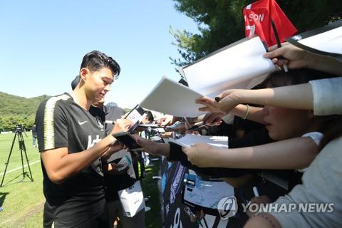 Son Heung-min thu hut hang nghin fan nu trong buoi tap cua DT Han Quoc hinh anh