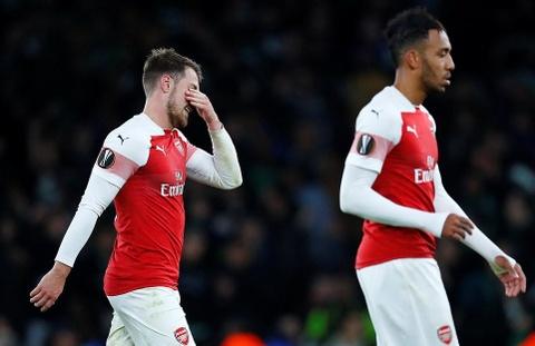Cựu sao MU chấn thương, Arsenal mất chiến thắng vì thẻ đỏ