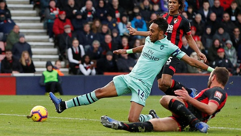 Aubameyang de dang ghi ban, Arsenal chi con kem 1 diem so voi top 4 hinh anh