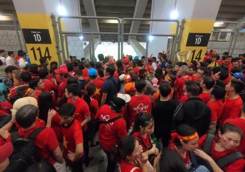 Hơn 100 CĐV Việt Nam bức xúc, trèo rào vào xem chung kết AFF Cup