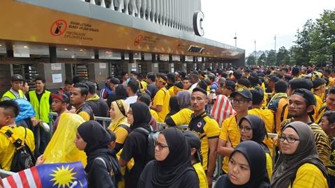 Hang nghin CDV Malaysia dung chat kin ngoai san, bat ngo gap mua lon hinh anh 3