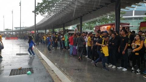 Hang nghin CDV Malaysia dung chat kin ngoai san, bat ngo gap mua lon hinh anh 6