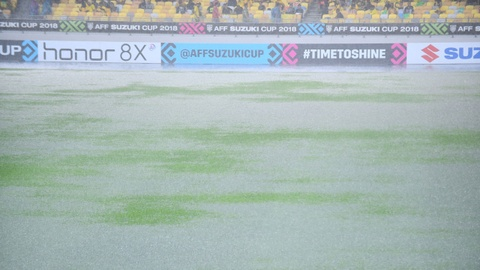 Mặt sân Bukit Jalil ướt sũng trong cơn mưa lớn