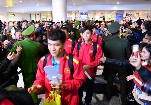 Tuyển Việt Nam về nước trong vòng vây của người hâm mộ ở sân bay