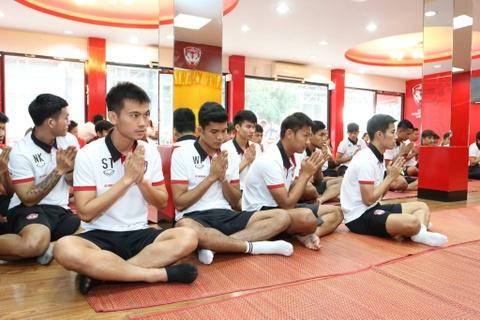 Dang Van Lam banh bao trong ngay ra mat mau ao moi cua Muangthong hinh anh 7