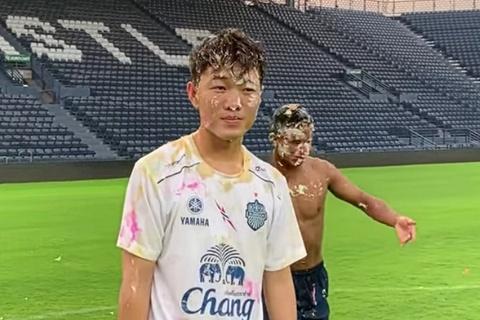 Xuan Truong dinh day banh kem khi bi dong doi Buriram 'danh up' hinh anh