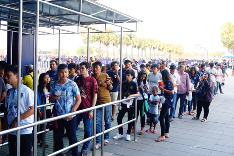 CĐV Thái Lan xếp hàng vào xem trận ra mắt của Xuân Trường
