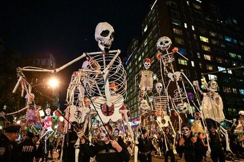 Xuong trang va da xoa dieu hanh tai New York trong dem Halloween hinh anh