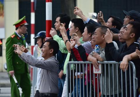 Nguoi dan Ha Noi xep hang chat pho don chao Tong thong Trump hinh anh