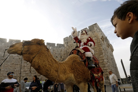 Ong gia Noel khuay dong chao lua Jerusalem truoc Giang sinh hinh anh 1