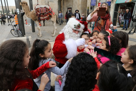 Ong gia Noel khuay dong chao lua Jerusalem truoc Giang sinh hinh anh 4