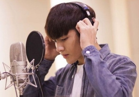 Kris (EXO) khoe ve dep nam than trong phong thu hinh anh