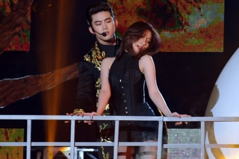 Full Moon (SBS Gayo Daejun 2014) - Sunmi ft. Taecyeon (2PM) hinh anh