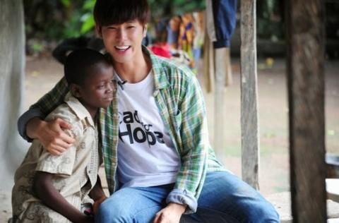 Fan Yunho (TVXQ) mo truong o Ghana hinh anh