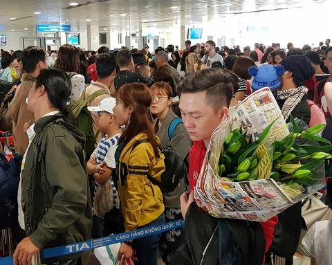 San bay Tan Son Nhat lam gi de chong qua tai dip Tet 2019? hinh anh