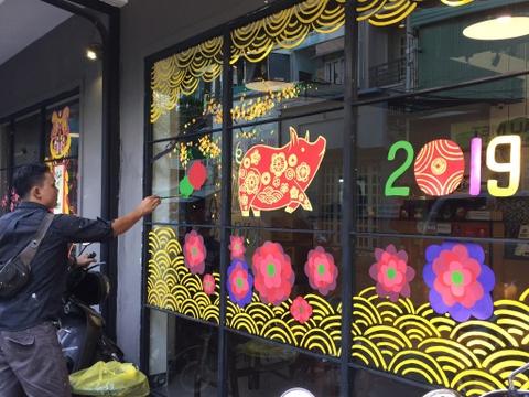 Dịch vụ tân trang nhà, vẽ 'mai đào' cho cửa hàng hốt bạc trước Tết
