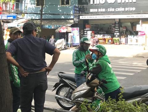 Tai xe mang ao Grab 'chat chem' khach hang Sai Gon sau Tet hinh anh 1