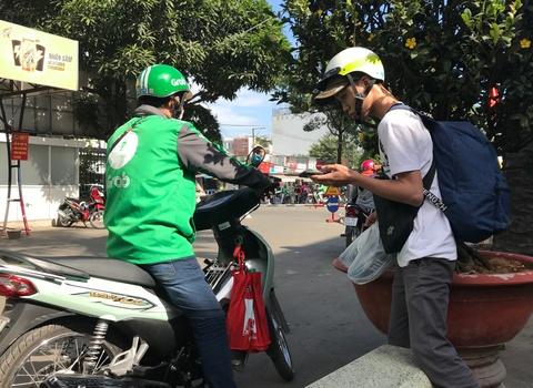 Tai xe mang ao Grab 'chat chem' khach hang Sai Gon sau Tet hinh anh 2