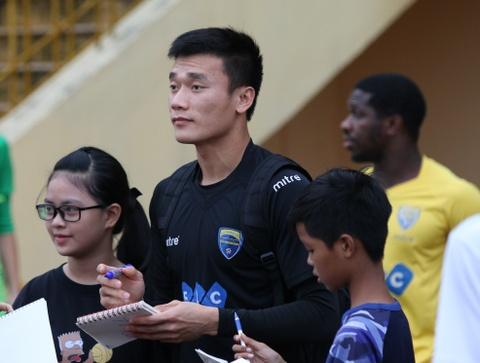 Bui Tien Dung rang ngoi trong ngay duoc CDV SLNA 'san don' hinh anh