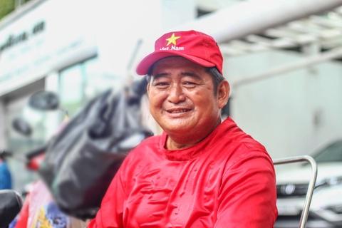 Nguoi cha 13 nam ban banh tren via he Sai Gon nuoi 3 con an hoc hinh anh