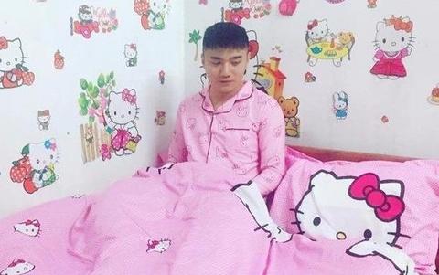 Nam sinh duoc menh danh 'Hong cong chua' vi qua thich Hello Kitty hinh anh