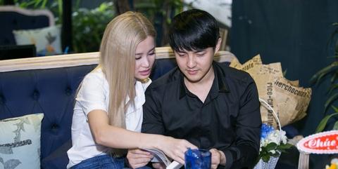 Dong Nhi - Ong Cao Thang quan quyt nhau trong su kien hinh anh