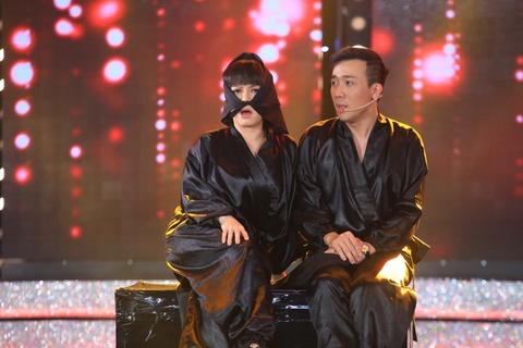 Tran Thanh va Viet Huong bien thanh trom trong game show hinh anh