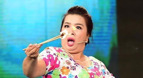 Thanh Van nuot than hong, tap vo Vovinam tren san khau hinh anh