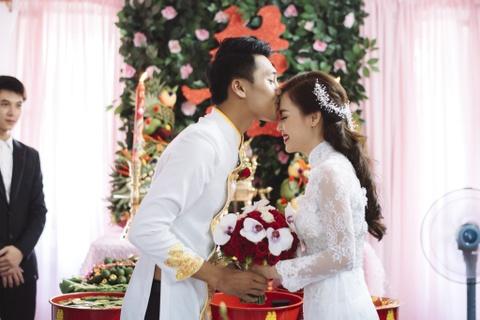 Quang Tuan hon Linh Phi trong le ruoc dau hinh anh 6