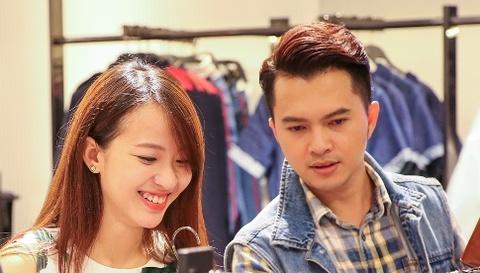 Nam Cuong cung vo mang bau 4 thang di mua sam hinh anh