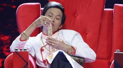 Hoai Linh deo vang day nguoi khi ngoi ghe nong hinh anh