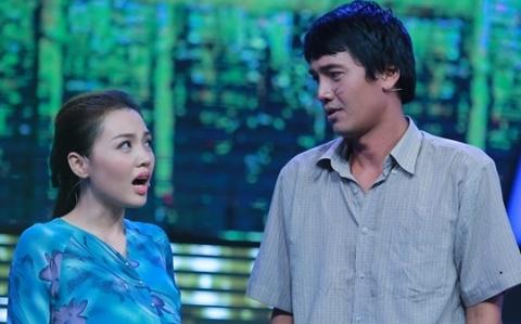 Quang Tuan bi giam khao che khi hat cung vo hinh anh