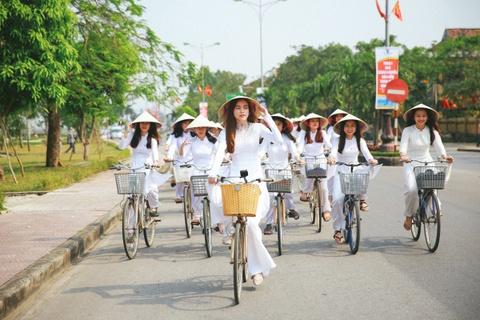 Ho Ngoc Ha dap xe cung 50 nu sinh giua trua nang o Quang Binh hinh anh 3