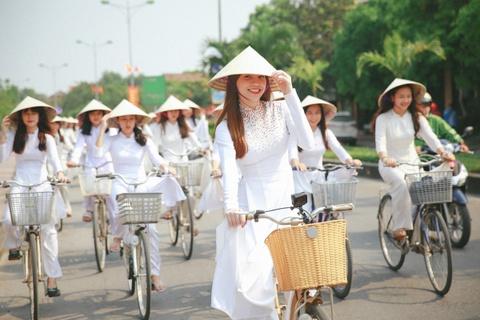 Ho Ngoc Ha dap xe cung 50 nu sinh giua trua nang o Quang Binh hinh anh 1