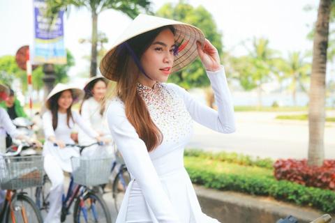 Ho Ngoc Ha dap xe cung 50 nu sinh giua trua nang o Quang Binh hinh anh 4