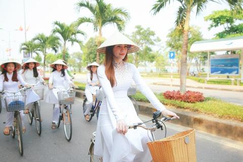 Ho Ngoc Ha dap xe cung 50 nu sinh giua trua nang o Quang Binh hinh anh 5