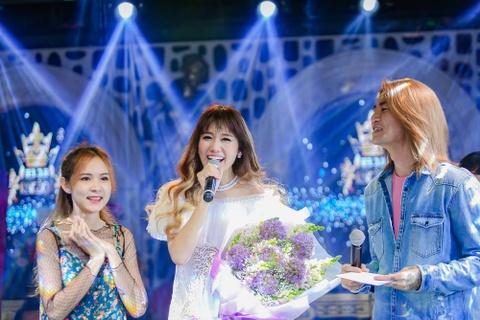Tran Thanh mang hoa den tang Hari Won o buoi hop fan hinh anh 1
