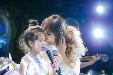 Tran Thanh mang hoa den tang Hari Won o buoi hop fan hinh anh 3