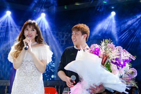 Tran Thanh mang hoa den tang Hari Won o buoi hop fan hinh anh 5
