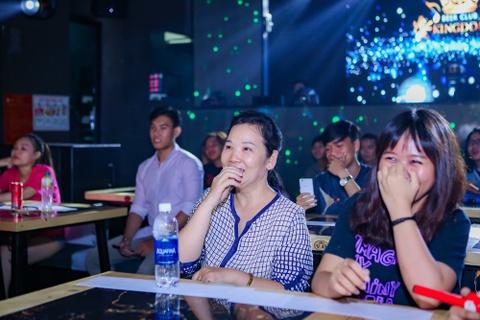 Tran Thanh mang hoa den tang Hari Won o buoi hop fan hinh anh 7