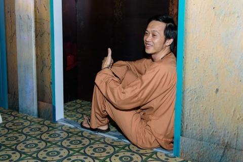 Hoai Linh mac do ba ba, di dep le du ra mat phim hinh anh 2