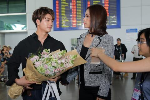 Fan Viet chao don Kang Tae Oh va Go Kyung Pyo o san bay hinh anh 5