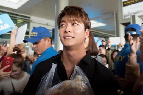Fan Viet chao don Kang Tae Oh va Go Kyung Pyo o san bay hinh anh 7