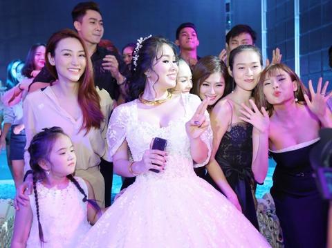 Ngan Khanh du tiec cuoi Le Phuong o Tra Vinh sau 2 nam roi showbiz hinh anh 13
