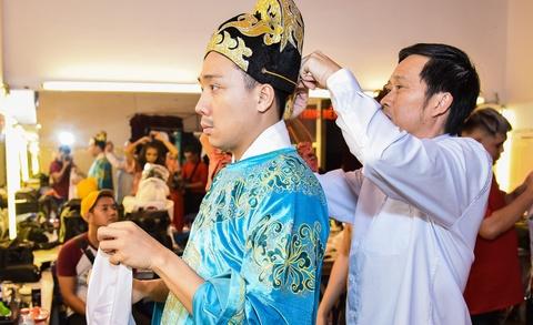 Hoai Linh lai an voi trong hau truong san khau kich chieu mung Mot Tet hinh anh 3