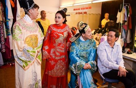Hoai Linh lai an voi trong hau truong san khau kich chieu mung Mot Tet hinh anh 4