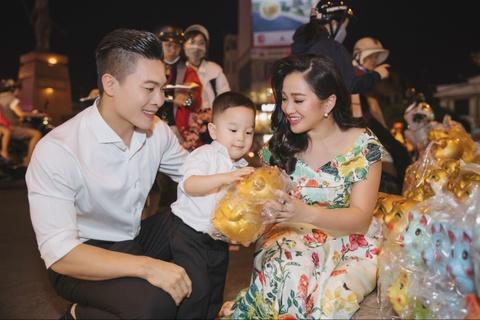 Vo chong Quoc Co - Hong Phuong dua con trai di mua sam ngay 28 Tet hinh anh 8
