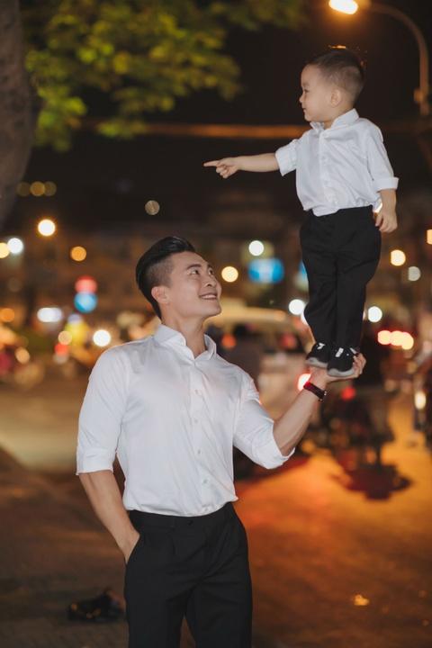 Vo chong Quoc Co - Hong Phuong dua con trai di mua sam ngay 28 Tet hinh anh 2