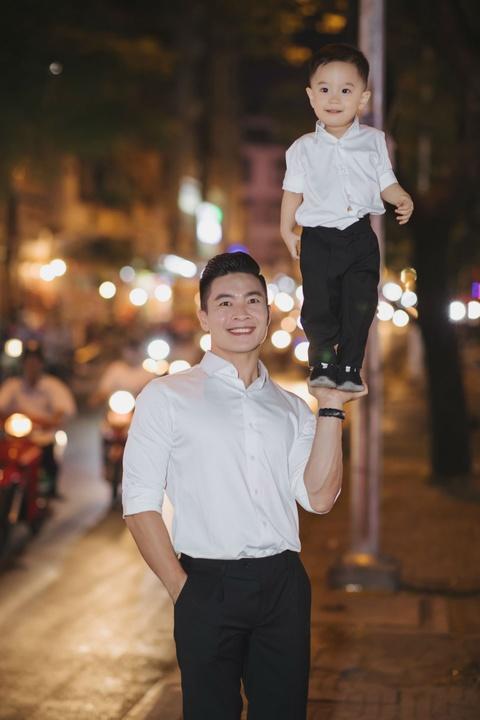 Vo chong Quoc Co - Hong Phuong dua con trai di mua sam ngay 28 Tet hinh anh 3