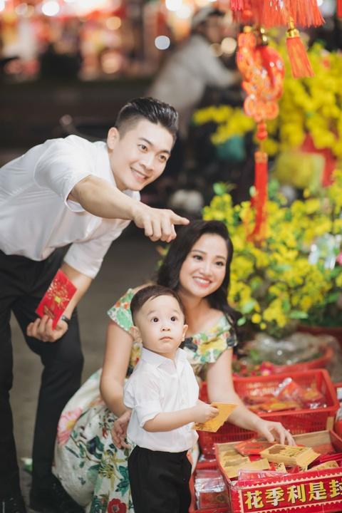 Vo chong Quoc Co - Hong Phuong dua con trai di mua sam ngay 28 Tet hinh anh 7